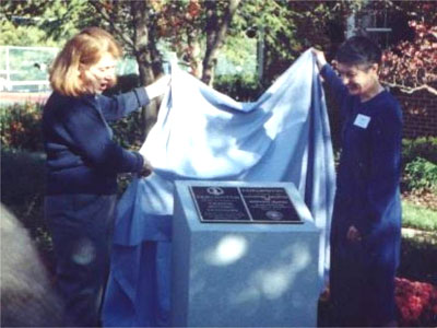 Judith Greig and Lorraine Drolet unveil the plaque (17657 bytes)